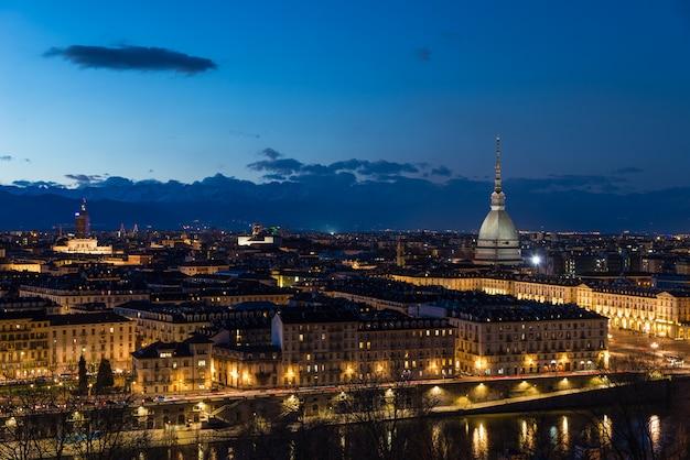 夕暮れ、イタリア、トリノ、モーレ・アントネリアーナとパノラマ都市景観でトリノのスカイライン