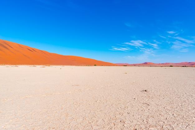 Песчаные дюны намиб пустыня национальный парк намиб науклуфт, путешествия в намибии, африка.