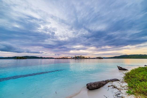 熱帯のビーチ、カリブ海、透明な青緑色の水、インドネシアのスラウェシ島、遠隔地のトゲアン諸島。
