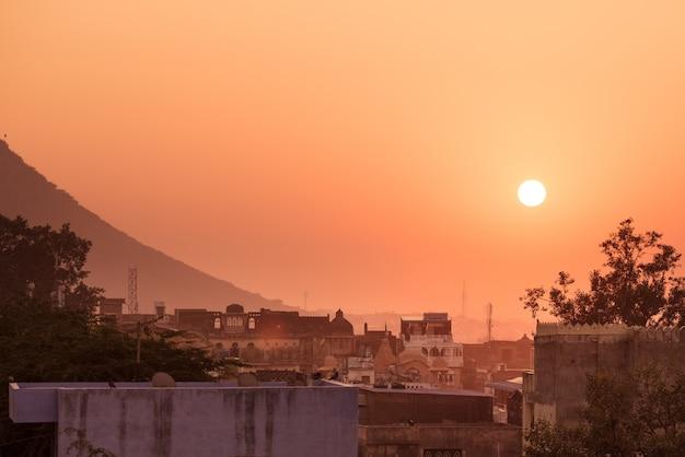 インド、ラジャスタン州ブンディ。日没、カラフルな空の街並み。
