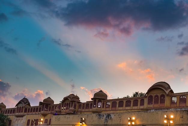 インド、ラジャスタン州の首都ジャイプールのシティパレス。夕暮れ時の風光明媚な劇的な空と建築の細部。