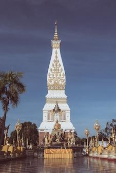 タイの崇拝者とそのパノム仏教寺院。ビンテージスタイル、トーンのイメージ。