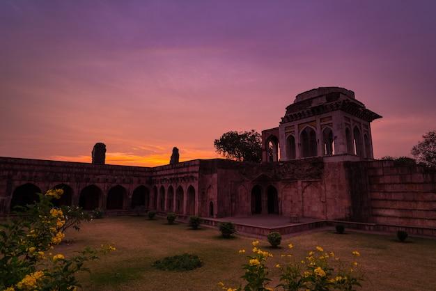 マンドゥインド、イスラム王国のアフガン遺跡、モスクの記念碑、イスラム教徒の墓。日の出、アシュラフィマハルのカラフルな空。