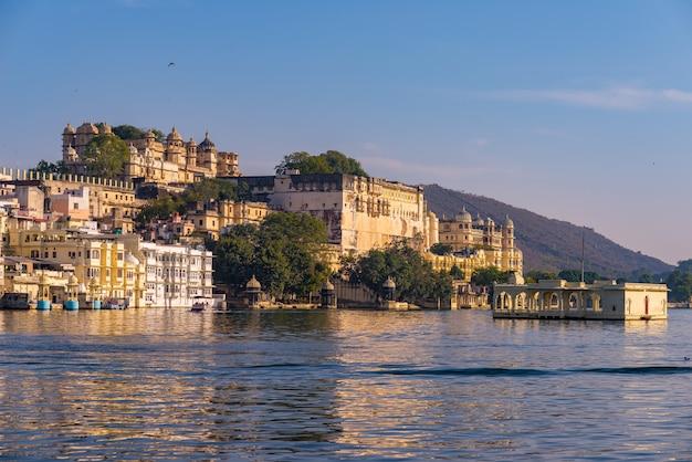 Городской пейзаж удайпура с красочным небом на заходе солнца. величественный городской дворец на озере пичола, путешествие в раджастхан, индия
