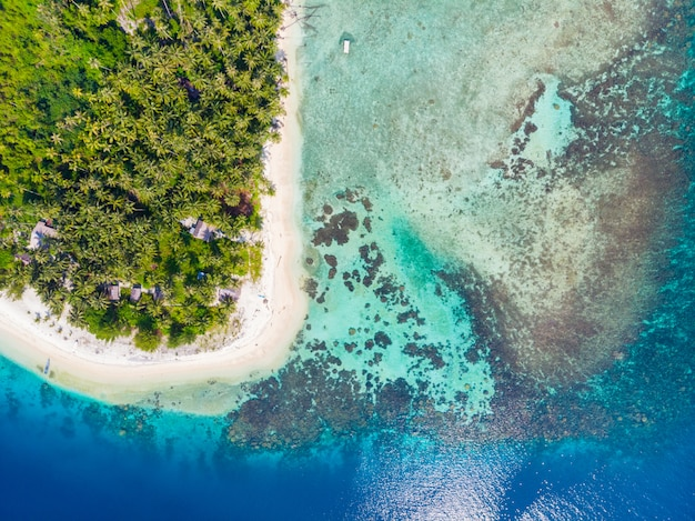 Вид с воздуха сверху вниз баньякские острова суматра тропический архипелаг индонезия