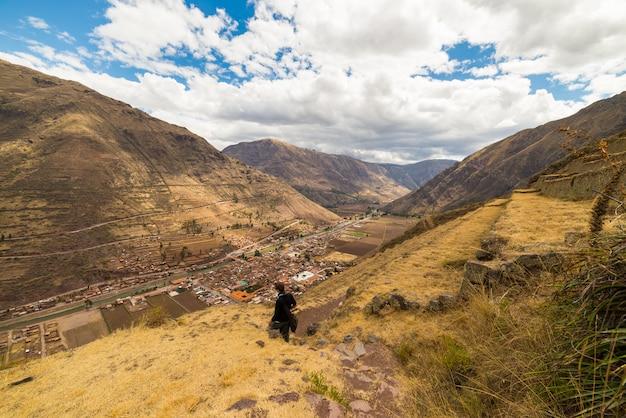 ペルーのクスコ地方の主要な旅行先である神聖な谷、ピサックのインカトレイルと雄大なテラスを探索する観光客。南アメリカでの休暇と冒険。