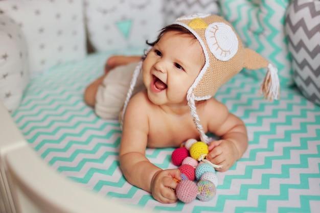 彼女のベッドで女の赤ちゃんの笑顔。
