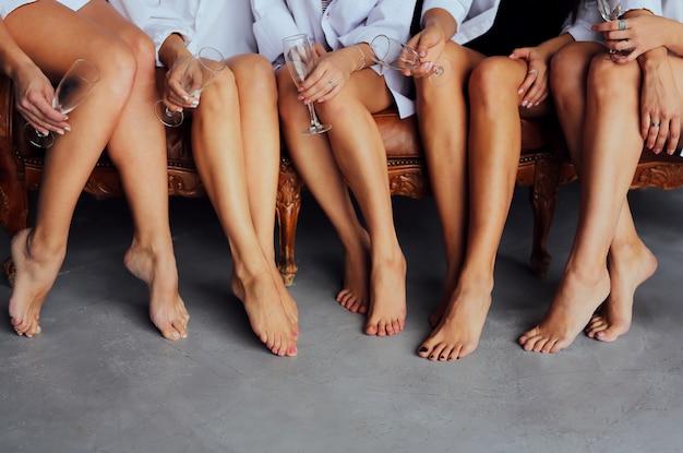 メガネを持つ若い女性の美しい柔らかい足。