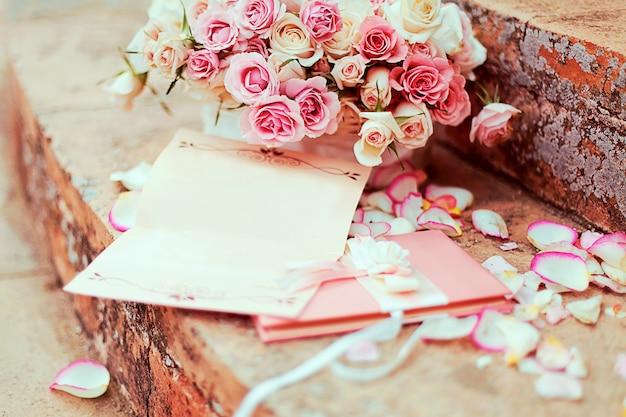 柔らかいバラで作られた結婚式の花の美しい花束