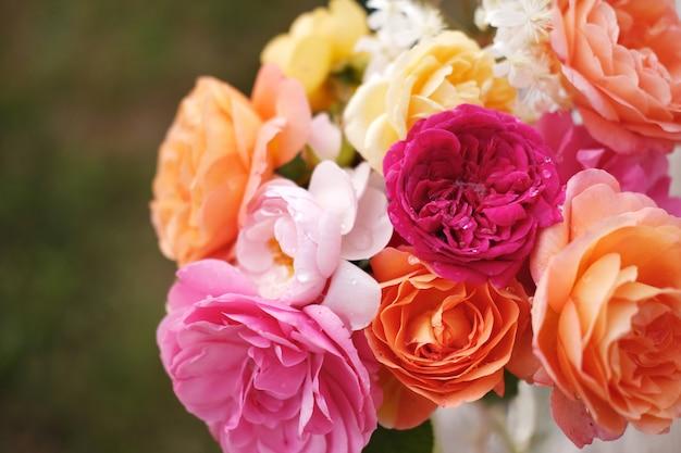 デビッドオースティンのイングリッシュローズの美しい花束。休日のヴィンテージの明るい庭の花
