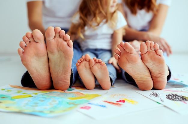 人間の足のクローズアップ。大家族。母親、父親と小さな女の子