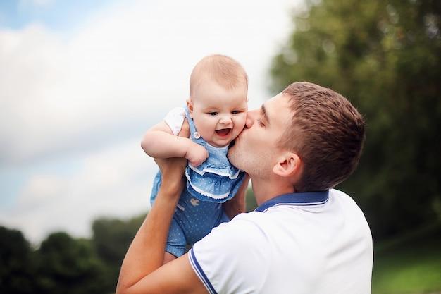 幸せな父と娘が家で楽しんで。