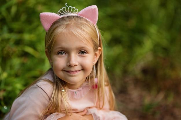 屋外の美しい少女の肖像画