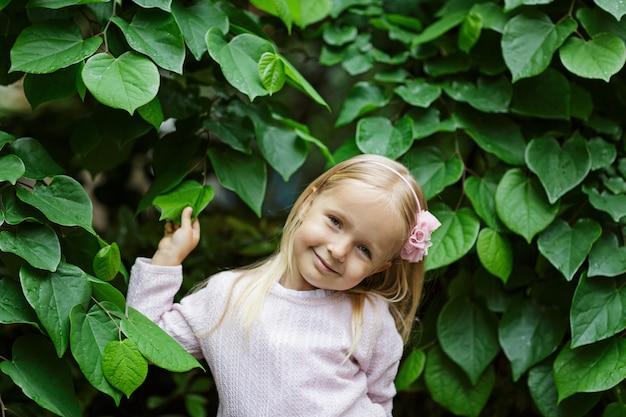 緑の葉を持つ美しい少女の肖像画