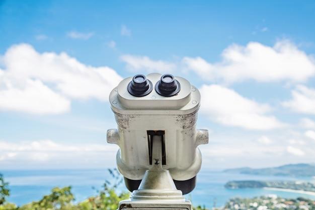 湾を見渡すプーケットの水辺の遊歩道の横にあるコイン式双眼鏡ビューアー。