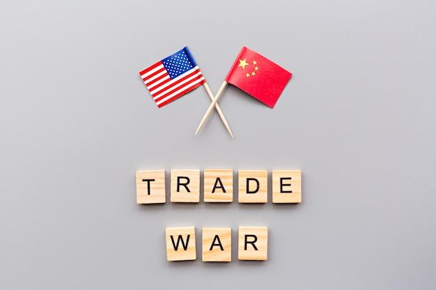 アメリカと中国の旗の創造的なトップビューフラットレイアウト