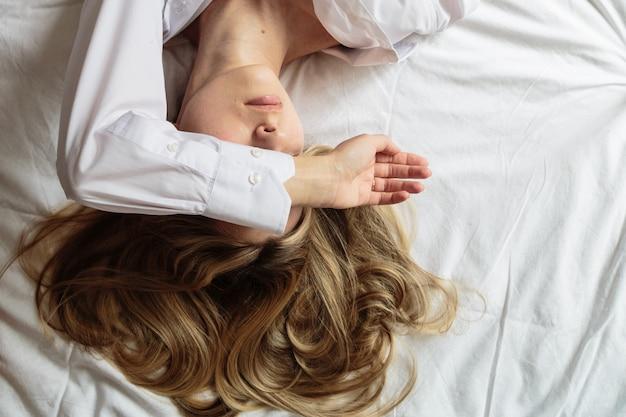 Портрет красивая блондинка в постели