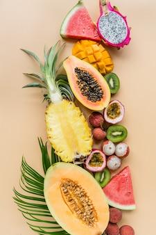 オレンジ色の背景に新鮮なエキゾチックなフルーツ
