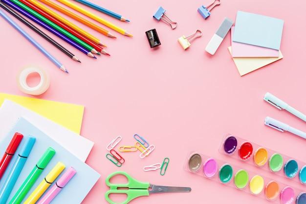 Школьные принадлежности, канцтовары, цветные карандаши, скрепки, бумага на розовом