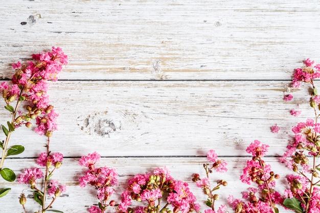 ピンクの花と春の素朴な背景