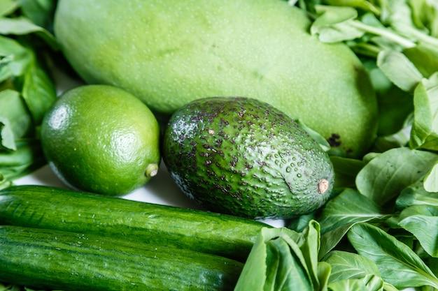 Свежие зеленые овощи и фрукты крупным планом