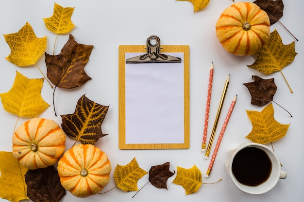 秋の葉の背景とノート