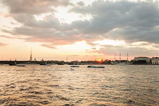 日没のネヴァ川からサンクトペテルブルクのピーターおよびポールの要塞のパノラマ
