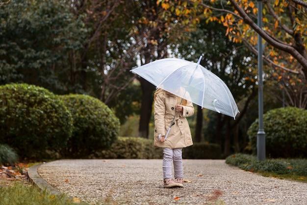 Маленькая девочка с зонтиком