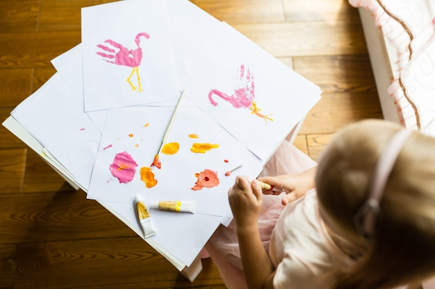 幼稚園で絵を描く少女