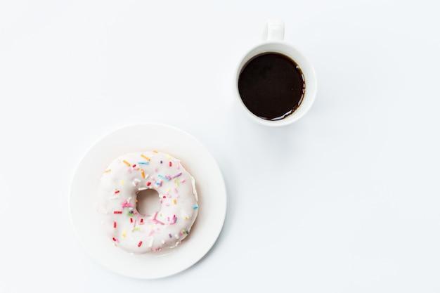 ドーナツと白のコーヒーカップ