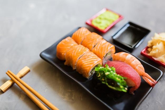 灰色のコンクリートに寿司