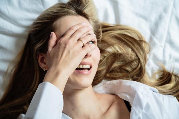 ベッドで幸せな女