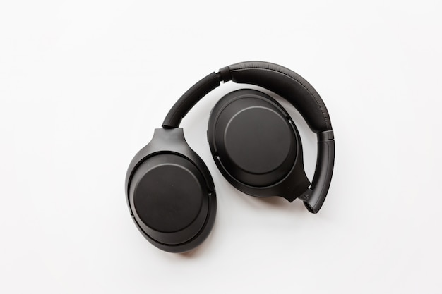 白い背景に黒のワイヤレスヘッドフォン