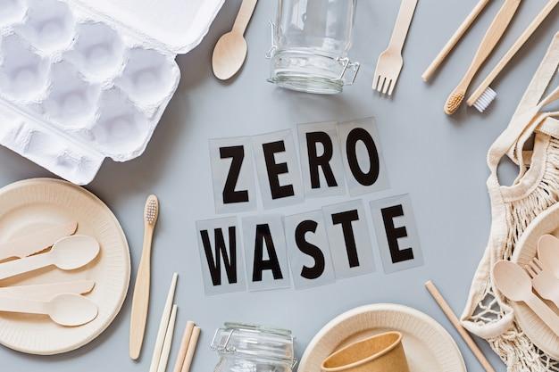エコナチュラルペーパー製品フラットは、灰色の背景に置きます。持続可能なライフスタイルのコンセプト。無駄がありません。プラスチック汚染を止めます。平面図、オーバーヘッド、テンプレート、