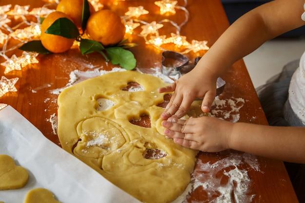 クリスマスクッキーを作る子供