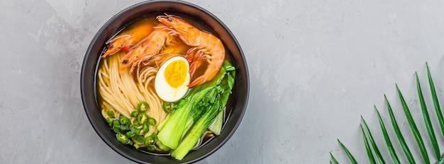 Азиатский рамэн суп с лапшой в миске