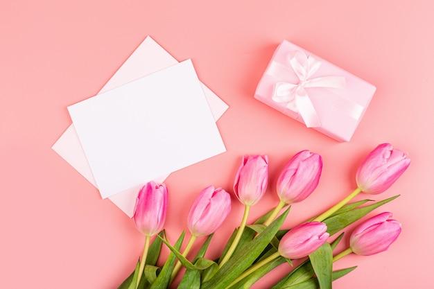 ピンクのチューリップとギフトボックス