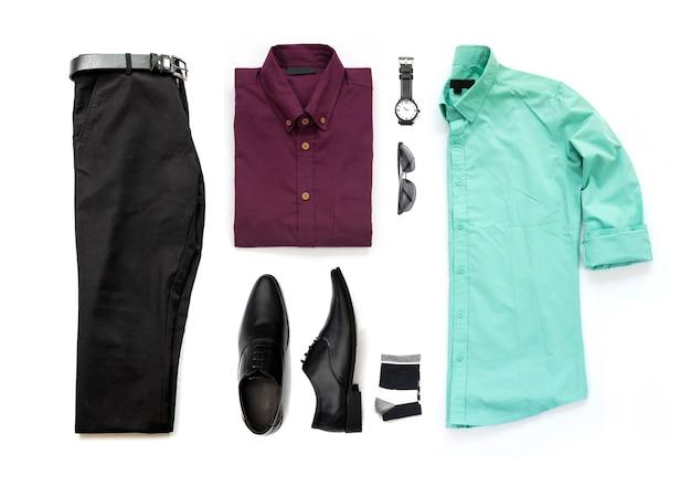 Комплект мужской одежды с черными туфлями, брюками, поясом, часами, носком, изолятом офисной рубашки на белом фоне, вид сверху