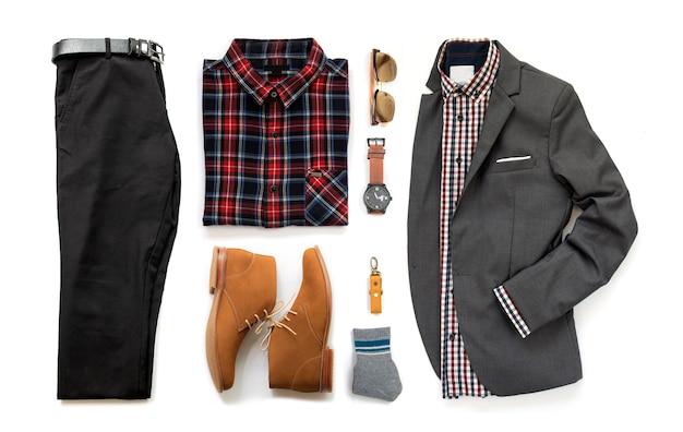 Мужская одежда с коричневой обуви, часы, брюки, солнцезащитные очки, офисная рубашка и браслет, изолированных на белом фоне, вид сверху