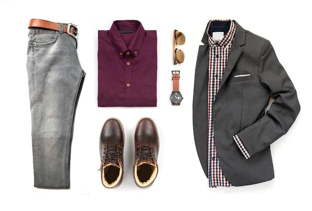 Мужские повседневные наряды для мужской одежды с коричневыми ботинками, часами, серыми джинсами, поясом, солнцезащитными очками, костюмом и офисной рубашкой на белом фоне, вид сверху