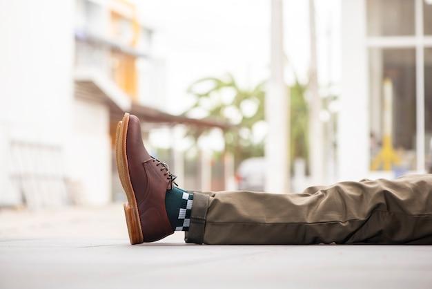 茶色の靴を着てファッション男