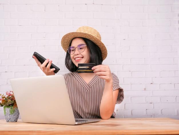 かなり若い女性の肖像画は、オンラインショッピングとクレジットカードでの支払いです。