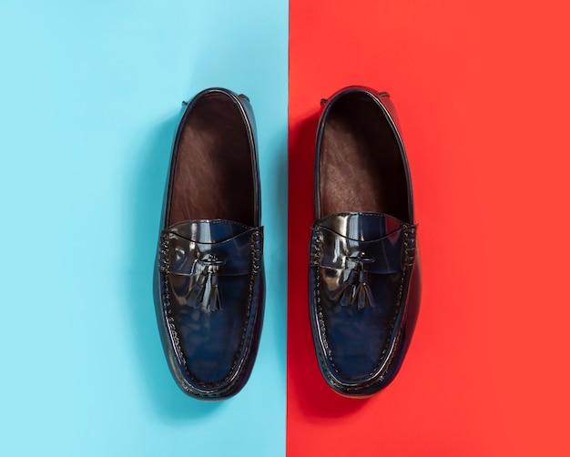 男性ファッションのカラフルな背景に革タッセルローファーの靴。