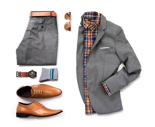 Мужские повседневные наряды для мужской одежды с серым костюмом, часы, солнцезащитные очки, брюки, носки, рубашка и оксфорд обувь, изолированные на белом фоне, вид сверху.