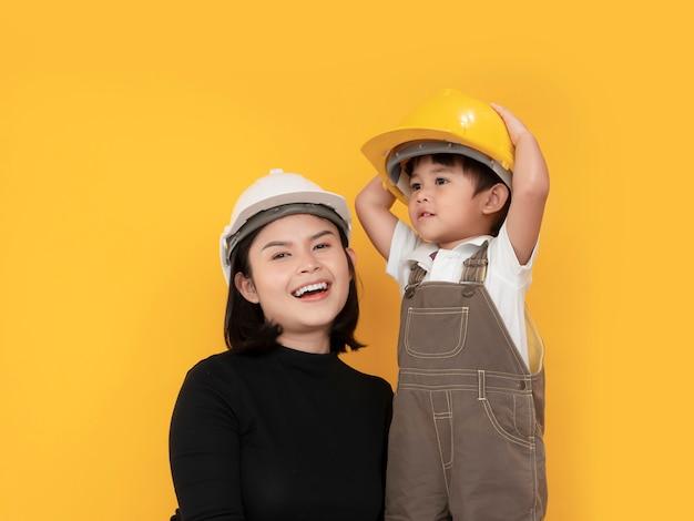 Любящая азиатская мать и сын притворяются инженером и улыбаются в безопасной шляпе