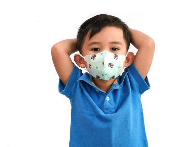 Портрет азиатского мальчика показывая релаксацию и нося маску