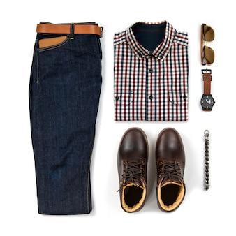 茶色のブーツ、時計、ブルージーンズ、ベルト、財布、サングラス、オフィスシャツ、白い背景、トップビューで分離されたブレスレットと男性服の男性のカジュアルな服装