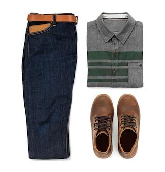 茶色のブーツ、ブルージーンズ、ベルト、財布、オフィスシャツホワイトバックグラウンド、トップビューで分離された男性服の男性のカジュアルな服装