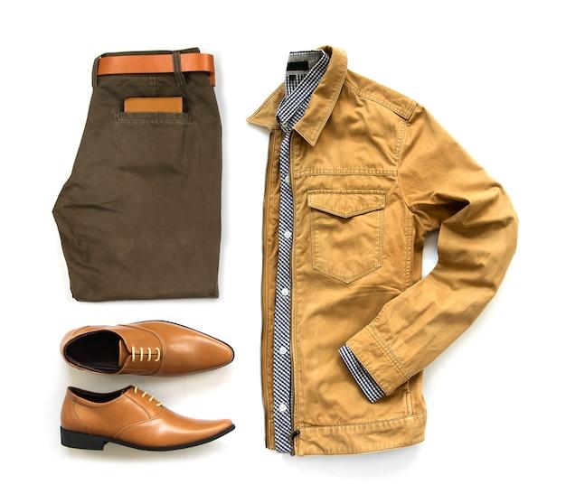 Мужские повседневные наряды для мужской одежды офисной обуви, брюк, кармана, пояса, кошелька и рубашки на белом фоне, вид сверху