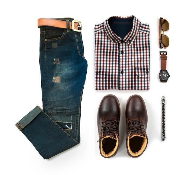 茶色のブーツ、時計、ブルージーンズ、ベルト、サングラス、オフィスシャツ、白い背景、トップビューで分離されたブレスレットと男性服の男性のカジュアルな服装